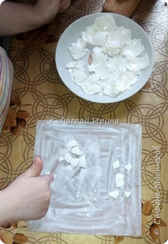 Материалы: плотный картон (у нас был 1 мм); яичная скорлупа (~4 шт, от вареных яиц); клей ПВА; кисточка; ножницы; губка; салфетка с рисунком; декоративный скотч (может не понадобится). фото 3