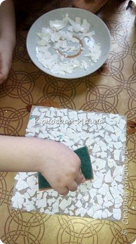 Материалы: плотный картон (у нас был 1 мм); яичная скорлупа (~4 шт, от вареных яиц); клей ПВА; кисточка; ножницы; губка; салфетка с рисунком; декоративный скотч (может не понадобится). фото 4
