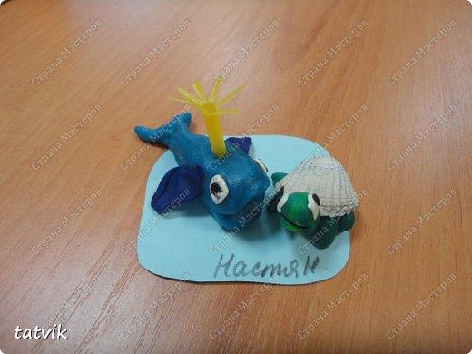 Лепили китёнка и придумали слепить ему друга,  используя ракушки. Кто кого придумал)))) Придумались черепашки, крабики и  рыбки. Работы шестилеток. фото 3