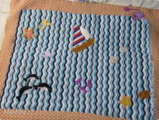 Всем привет! Вот такой плед- одеяло- коврик связался для внука! Размер 90*110 см, нитки акриловые разные, вес около 700 гр. Захотелось морской тематики, т.к. живут они около моря. Готового МК не искала, пересмотрела массу материала в инете, но идея все-таки моя- море и песок. Не всех успела связать, кого хотела, времени не хватило, надо было срочно передавать. Решила еще связать морского конька, спасательный круг, мячик, зонтик, рыбок...А когда поеду, на месте пришью!  фото 9
