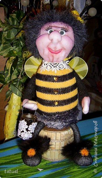 Всем добрый вечер!  Очередные работы.  Это бабушка -пчела. Сидит на бочке с медом.  В лапке- ведерко. фото 1