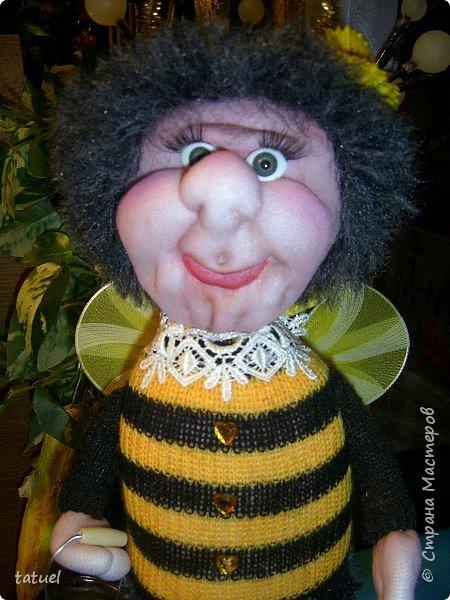 Всем добрый вечер!  Очередные работы.  Это бабушка -пчела. Сидит на бочке с медом.  В лапке- ведерко. фото 2