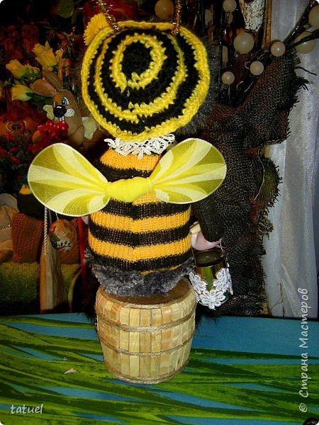 Всем добрый вечер!  Очередные работы.  Это бабушка -пчела. Сидит на бочке с медом.  В лапке- ведерко. фото 3