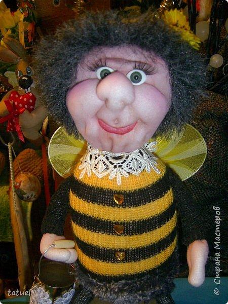 Всем добрый вечер!  Очередные работы.  Это бабушка -пчела. Сидит на бочке с медом.  В лапке- ведерко. фото 4