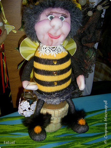 Всем добрый вечер!  Очередные работы.  Это бабушка -пчела. Сидит на бочке с медом.  В лапке- ведерко. фото 5
