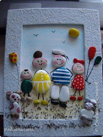 """Придумалась у меня такое панно на тему семейного отдыха из морских камушков с названием """"Семейка на прогулке"""", природные материалы  мне интересны во всех проявлениях: семена, крупы, листья, кора, камушки, ракушки...  А к краскам я с детства неравнодушна - вот в результате и натворила несколько работ для вашего внимания.  Для творчества нужна маленькая искра: увидела в интернете прелестную картинку и запала мне мысль сделать что-то такое же интересное, но все-таки свое. как получилось судить вам, мои друзья! Рамка сделана из плотного картона и обклеена обоями голубого цвета, внутрь вставлена картонка и подкрашена немного. А уже на нее приклеивала раскрашенные камушки. фото 2"""