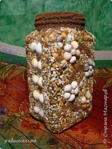 """Придумалась у меня такое панно на тему семейного отдыха из морских камушков с названием """"Семейка на прогулке"""", природные материалы  мне интересны во всех проявлениях: семена, крупы, листья, кора, камушки, ракушки...  А к краскам я с детства неравнодушна - вот в результате и натворила несколько работ для вашего внимания.  Для творчества нужна маленькая искра: увидела в интернете прелестную картинку и запала мне мысль сделать что-то такое же интересное, но все-таки свое. как получилось судить вам, мои друзья! Рамка сделана из плотного картона и обклеена обоями голубого цвета, внутрь вставлена картонка и подкрашена немного. А уже на нее приклеивала раскрашенные камушки. фото 5"""