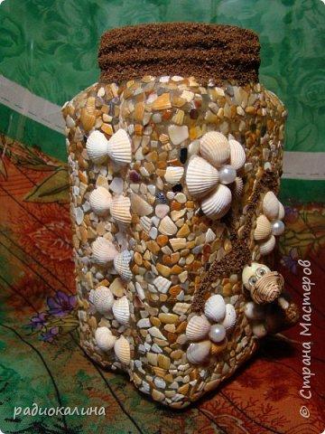 """Придумалась у меня такое панно на тему семейного отдыха из морских камушков с названием """"Семейка на прогулке"""", природные материалы  мне интересны во всех проявлениях: семена, крупы, листья, кора, камушки, ракушки...  А к краскам я с детства неравнодушна - вот в результате и натворила несколько работ для вашего внимания.  Для творчества нужна маленькая искра: увидела в интернете прелестную картинку и запала мне мысль сделать что-то такое же интересное, но все-таки свое. как получилось судить вам, мои друзья! Рамка сделана из плотного картона и обклеена обоями голубого цвета, внутрь вставлена картонка и подкрашена немного. А уже на нее приклеивала раскрашенные камушки. фото 6"""