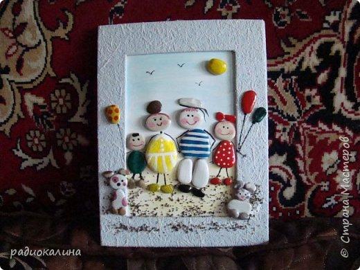 """Придумалась у меня такое панно на тему семейного отдыха из морских камушков с названием """"Семейка на прогулке"""", природные материалы  мне интересны во всех проявлениях: семена, крупы, листья, кора, камушки, ракушки...  А к краскам я с детства неравнодушна - вот в результате и натворила несколько работ для вашего внимания.  Для творчества нужна маленькая искра: увидела в интернете прелестную картинку и запала мне мысль сделать что-то такое же интересное, но все-таки свое. как получилось судить вам, мои друзья! Рамка сделана из плотного картона и обклеена обоями голубого цвета, внутрь вставлена картонка и подкрашена немного. А уже на нее приклеивала раскрашенные камушки. фото 1"""