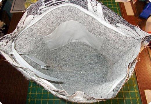 Здравствуйте, девочки! Я сшила очередную сумку, и как вы видите, обрезки мебельных тканей у меня еще не кончились. Подбирала куски, которые побольше, остановилась на такой расцветке. Сшила в подарок. Надеюсь, зимней сумка не выглядит. Размеры сумки: ширина - 38, высота - 30 (до дна), дно 27х9, ручки - 58, всё в см. А теперь более подробно, в надежде, что кому-то из новичков это будет полезно. фото 16