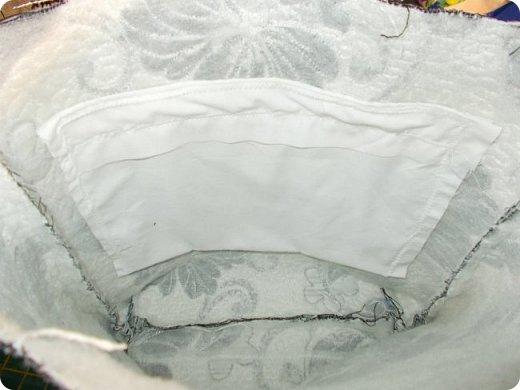 Здравствуйте, девочки! Я сшила очередную сумку, и как вы видите, обрезки мебельных тканей у меня еще не кончились. Подбирала куски, которые побольше, остановилась на такой расцветке. Сшила в подарок. Надеюсь, зимней сумка не выглядит. Размеры сумки: ширина - 38, высота - 30 (до дна), дно 27х9, ручки - 58, всё в см. А теперь более подробно, в надежде, что кому-то из новичков это будет полезно. фото 6