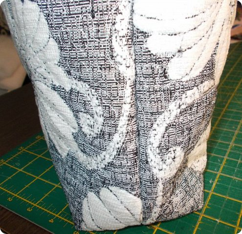 Здравствуйте, девочки! Я сшила очередную сумку, и как вы видите, обрезки мебельных тканей у меня еще не кончились. Подбирала куски, которые побольше, остановилась на такой расцветке. Сшила в подарок. Надеюсь, зимней сумка не выглядит. Размеры сумки: ширина - 38, высота - 30 (до дна), дно 27х9, ручки - 58, всё в см. А теперь более подробно, в надежде, что кому-то из новичков это будет полезно. фото 7