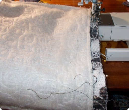 Здравствуйте, девочки! Я сшила очередную сумку, и как вы видите, обрезки мебельных тканей у меня еще не кончились. Подбирала куски, которые побольше, остановилась на такой расцветке. Сшила в подарок. Надеюсь, зимней сумка не выглядит. Размеры сумки: ширина - 38, высота - 30 (до дна), дно 27х9, ручки - 58, всё в см. А теперь более подробно, в надежде, что кому-то из новичков это будет полезно. фото 17