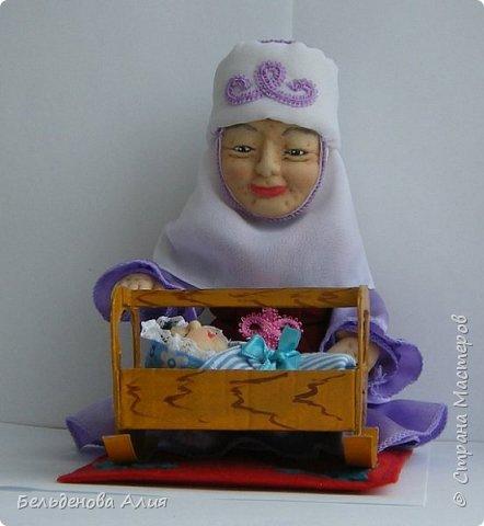 Кукла размером 21 см (сидя). Лицо сначала валяла (синтепон), а потом ещё добавила утяжек для морщин. Проволочный каркас.  фото 1