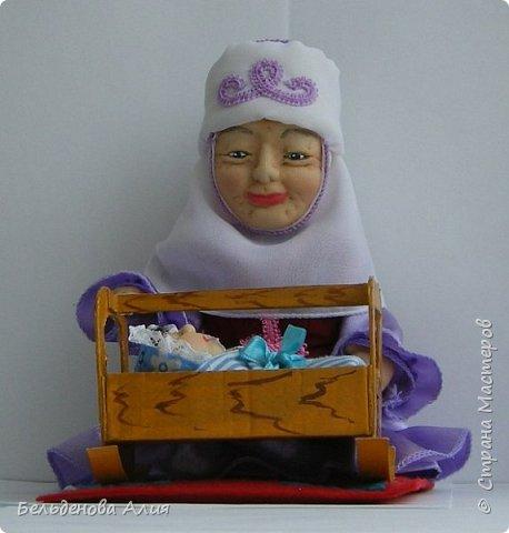 Кукла размером 21 см (сидя). Лицо сначала валяла (синтепон), а потом ещё добавила утяжек для морщин. Проволочный каркас.  фото 2