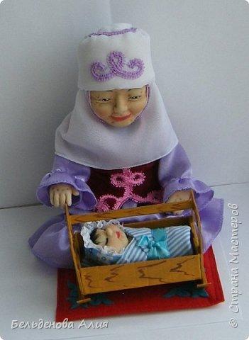 Кукла размером 21 см (сидя). Лицо сначала валяла (синтепон), а потом ещё добавила утяжек для морщин. Проволочный каркас.  фото 3