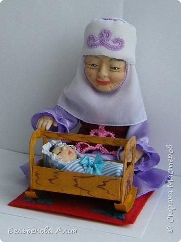 Кукла размером 21 см (сидя). Лицо сначала валяла (синтепон), а потом ещё добавила утяжек для морщин. Проволочный каркас.  фото 4