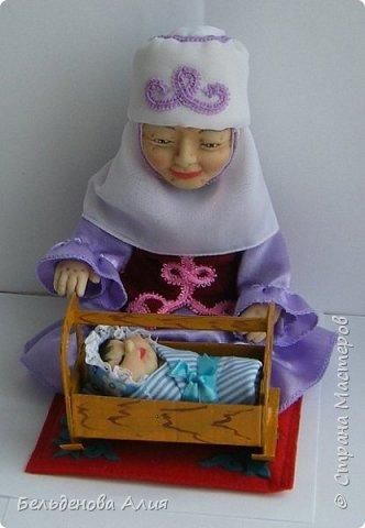 Кукла размером 21 см (сидя). Лицо сначала валяла (синтепон), а потом ещё добавила утяжек для морщин. Проволочный каркас.  фото 5