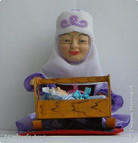 Кукла размером 21 см (сидя). Лицо сначала валяла (синтепон), а потом ещё добавила утяжек для морщин. Проволочный каркас.  фото 7