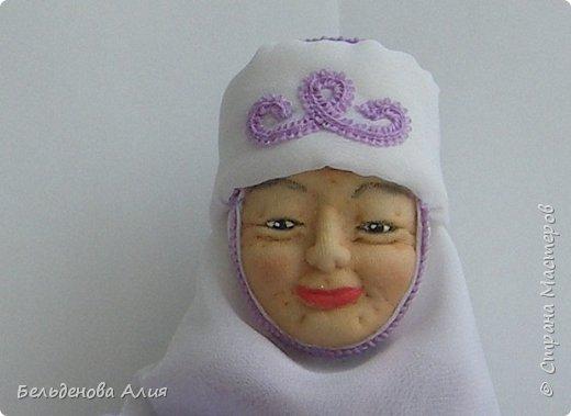 Кукла размером 21 см (сидя). Лицо сначала валяла (синтепон), а потом ещё добавила утяжек для морщин. Проволочный каркас.  фото 6