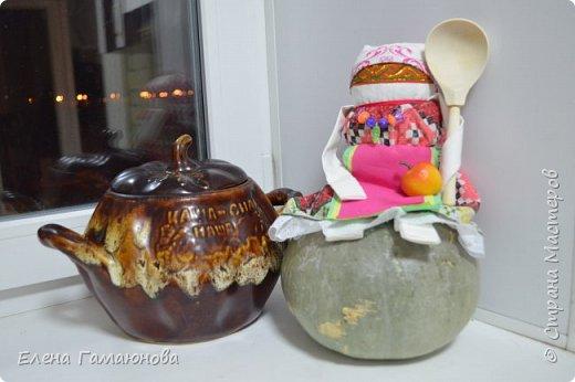 Наши предки творчески подходили к быту. Куклу Кашу делали как поваренную книгу для шестилетней девочки, которая уже привлекалась для работы по дому. Куклу изготавливали по размеру того горшка, в котором обычно готовилась каша. На кукле были особые метки. Вода в горшок наливалась по шейку, а по пояс насыпалась крупа. То есть кукла помогала девочке соблюсти пропорции и запомнить их. Это обрядовая кукла, которую мама делала дочке лет в 6-7, когда та совершала 3-й возрастной переход (переход в Хозяйки) и начинала учиться управлять своим Миром. Этим как бы передавала часть хозяйства девочке, читая благословляла: ты справишься, я тебе доверяю, отдаю куклу в управление, передаю часть (пусть малого) хозяйства. Это была личная вещь девочки, которая могла её использовать по своему усмотрению — одевать, украшать, пришивать волосы. Отсюда и более широкий смысл куклы КАША — это позволение себе вести хозяйство так, как хочется. Кукла наполняется крупой. Рис — богатство, гречка и перловка — сытость, овес — сила.  фото 18