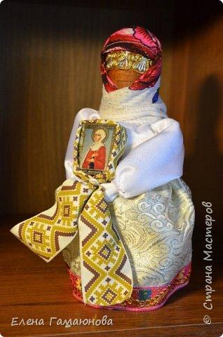 Богиня Берегиня считалась прародительницей всего живого на земле, матерью всех святых духов. Люди верили, что она охраняла их дома от злых духов, нечисти, дарила плодородие, богатство, любовь, гармонию, защищала от напастей и болезней. Она также берегла скот. Особенно она охраняла людей, живущих по берегам рек, помогала рыбакам с уловом, защищала их от злых духов и охраняла во время плаванья по воде. Когда на Руси было принято христианство, то образ Берегини слился с образом Богоматери. К ней обращались с особой молитвой, чтобы урожай был хороший, а на столе было вдоволь еды. К Берегине можно было обращаться через колосья пшена или через березу. Поэтому нередко наши предки славяне выходили в поле и разговаривали с колосьями. Березу почитали особо. Ведь считалось, что это дерево охраняет дом, защищает людей и скот. Поэтому нередко березу старались посадить рядом с домом. Считалась также, что Берегиня особенно помогает крестьянам. Она охраняла посевы, наполняла траву соками, наделяла ее целебными силами, осматривала сенокосные владения. Нередко это богиню связывают с семьей, она помогала супругам прожить вместе долгие годы, дарила мудрость, оберегала мужа и жену от сглаза, измены, охраняла семейный уют и очаг. По приданиям считалось, что как только у супругов что-то не ладилось, то Берегиня подкидывала веточку в семейный очаг, чтобы он горел хорошо и дарил счастье.  фото 1