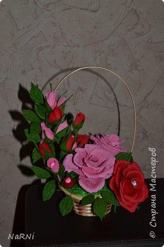 Цветочно-конфетный букетик из гофрированной бумаги. фото 1