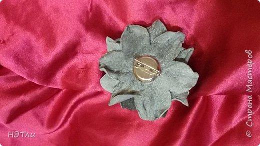 Цветок из кожи. Брошь в серых тонах. фото 2
