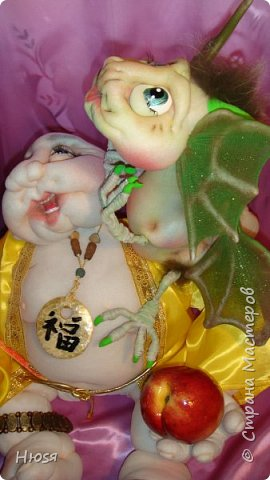 """Хотей - бог Богатства, веселья и достатка. На самом деле, в свое время существовал такой монах Будда, который странствовал по деревням, и вместе с ним в селения приходили радость и счастье. За спиной Будда таскал внушительный мешок, и когда его спрашивали, что в нем, Будда отвечал, что там у него весь мир. Поразительно, правда?Как олицетворение удачи во всем и беспечности, Смеющийся Будда был признан одним из семи богов счастья в Японии. Надо поставить фигурку Хотея в гостиной, желательно, чтобы его взгляд был направлен на входную дверь.Хотей способен поглощать всю негативную и смертоносную Ци внутри дома, он является хорошим противоядием от ежегодного нашествия летящих звезд, несущих с собой болезни и потери. -Если Хотей держит веер - значит, с вашего пути сметаются все препятствия, усложняющие вам путь к заветной цели. - Персик - это символ бессмертия, зажатый в левой руке, - обещает долгие годы здоровой жизни. - Хотей с волшебной жемчужиной в руках, это символ и материального, и духовного богатства.  - Ожерелье на шее ( на нем изображен иероглиф """"Фук"""" ) - обещание счастья и удачи. - Для стремящихся улучшить свое материальное положение - Хотей с мешком за плечами. Согласно легендам в заплечном мешке Смеющегося Будды все неприятности становятся успехом, удачей и благополучием.  - Если Вы стремитесь к духовной гармонии и ищете свой жизненный путь, то Ваш Хотей – это Смеющийся Будда с четками, который обязательно приведет к гармонии с собой и окружающим миром. - Мощным двойным талисманом, являющимся фактором успеха служит фигура Смеющегося Будды с драконом на плече. Такая композиция – символ пойманной удачи и помощи влиятельных лиц. Хотей изображается с Драконом, это гарантия привлечения основательного капитала, успешного развития дела или возможность открытия своего бизнеса с привлечением серьезных финансовых вложений. Следует обратить внимание на один нюанс. Сидящий Бог Хотей является источником женской энергии Инь, а Хотей, который стоит, распространяет мужскую эн"""