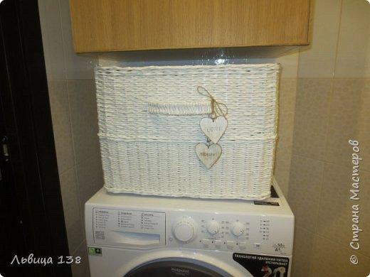 Белая плетенная корзина для белья.
