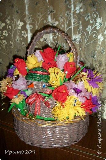 Эта курочка сплетена в школу моей дочери  к пасхе.В  курочку и лукошко вставлены цветы с конфетами. фото 1