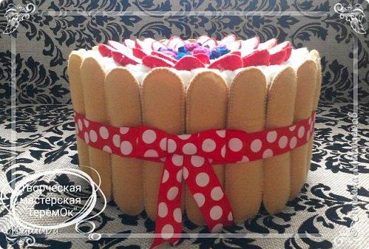 Приветствую всех заглянувших! В подарок была сделана вот такая шкатулка- торт. Печенье и ягодки были сшиты из фетра, крем - из флиса, основа шкатулки - картон, далее синтепон для мягкости и хлопок. фото 2