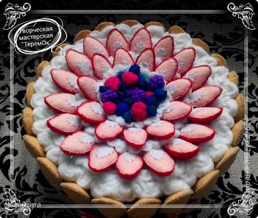 Приветствую всех заглянувших! В подарок была сделана вот такая шкатулка- торт. Печенье и ягодки были сшиты из фетра, крем - из флиса, основа шкатулки - картон, далее синтепон для мягкости и хлопок. фото 3