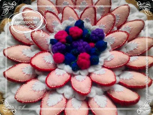 Приветствую всех заглянувших! В подарок была сделана вот такая шкатулка- торт. Печенье и ягодки были сшиты из фетра, крем - из флиса, основа шкатулки - картон, далее синтепон для мягкости и хлопок. фото 4