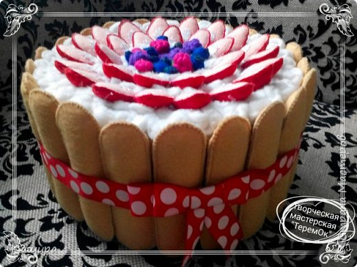 Приветствую всех заглянувших! В подарок была сделана вот такая шкатулка- торт. Печенье и ягодки были сшиты из фетра, крем - из флиса, основа шкатулки - картон, далее синтепон для мягкости и хлопок. фото 1