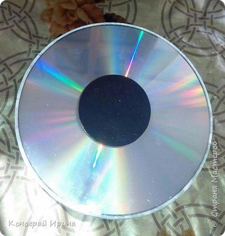 Сделан по такому же принципу, как и предыдущая работа. В основе CD диск, сверху наклеен бумажный скотч, потом слой клея ПВА, далее - слой скорлупы и салфетка. Украшен блёстками.  фото 2