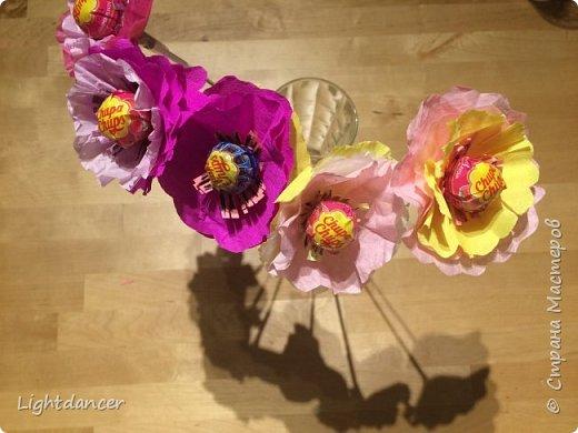 Здравствуйте все!  Дочь-дошколенка пригласили в гости на день рождения, который вовсе и не день рождения. Подарок имениннице мы уже подарили, поэтому было решено подарить в этот раз букет, который вовсе и не букет. Насмотревшись красоты в СМ, я предложила накрутить цветов, идея дочери - добавить бабочку из оригами.  фото 3