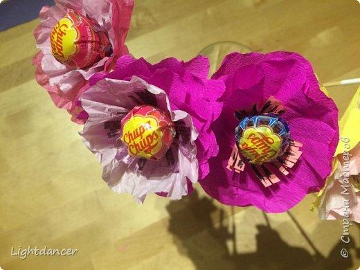 Здравствуйте все!  Дочь-дошколенка пригласили в гости на день рождения, который вовсе и не день рождения. Подарок имениннице мы уже подарили, поэтому было решено подарить в этот раз букет, который вовсе и не букет. Насмотревшись красоты в СМ, я предложила накрутить цветов, идея дочери - добавить бабочку из оригами.  фото 2