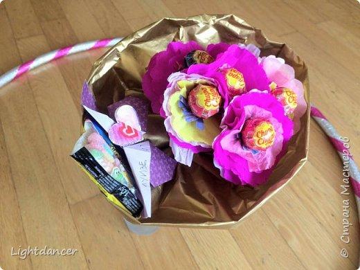 Здравствуйте все!  Дочь-дошколенка пригласили в гости на день рождения, который вовсе и не день рождения. Подарок имениннице мы уже подарили, поэтому было решено подарить в этот раз букет, который вовсе и не букет. Насмотревшись красоты в СМ, я предложила накрутить цветов, идея дочери - добавить бабочку из оригами.  фото 4