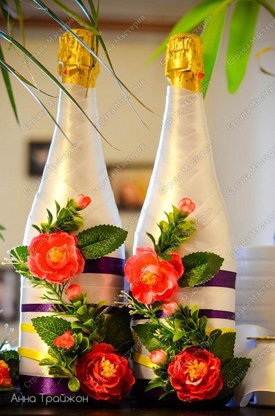 Всю эту бутафорию сама изготавливала для своей свадьбы. У нас была определенная цветовая палитра и цель сделать все сочно, стильно, вкусно) Материал:атласные ленты, горячий клей, искусственные цветы.  фото 1