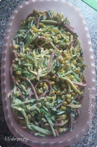 Огурец-1шт., полукопченая колбаса-200гр.,кукуруза консервированная -1банка, яйца-4шт., зелень (укроп, лучок), майонез по вкусу.                 Колбасу и огурец нарезать соломкой.Яйца взбить,испечь блинчики,остудить и нарезать солрмкой.Добавить кукурузу,зелень,перемешать.