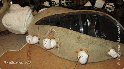 """Розу белую с черною жабой Я хотел на земле повенчать.  Для процесса """"венчания"""" понадобится; пластилин, силикон, картон гофра, масса папье-маше, фара автомобильная, пенопанель, оргалит, пластиковые трубки, кисти, краски, лак фото 31"""