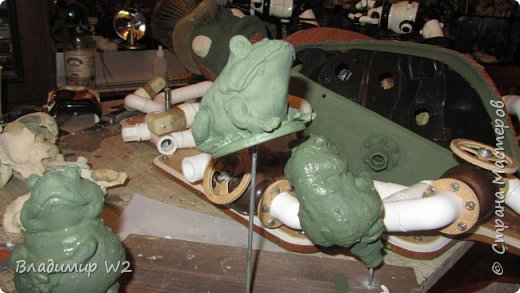 """Розу белую с черною жабой Я хотел на земле повенчать.  Для процесса """"венчания"""" понадобится; пластилин, силикон, картон гофра, масса папье-маше, фара автомобильная, пенопанель, оргалит, пластиковые трубки, кисти, краски, лак фото 43"""