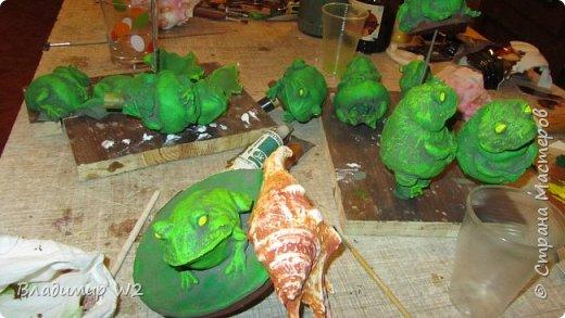"""Розу белую с черною жабой Я хотел на земле повенчать.  Для процесса """"венчания"""" понадобится; пластилин, силикон, картон гофра, масса папье-маше, фара автомобильная, пенопанель, оргалит, пластиковые трубки, кисти, краски, лак фото 46"""