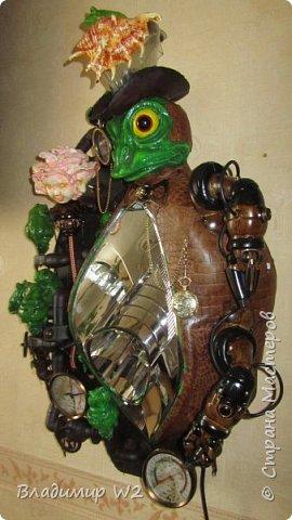 """Розу белую с черною жабой Я хотел на земле повенчать.  Для процесса """"венчания"""" понадобится; пластилин, силикон, картон гофра, масса папье-маше, фара автомобильная, пенопанель, оргалит, пластиковые трубки, кисти, краски, лак фото 53"""