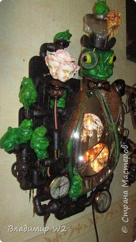"""Розу белую с черною жабой Я хотел на земле повенчать.  Для процесса """"венчания"""" понадобится; пластилин, силикон, картон гофра, масса папье-маше, фара автомобильная, пенопанель, оргалит, пластиковые трубки, кисти, краски, лак фото 58"""
