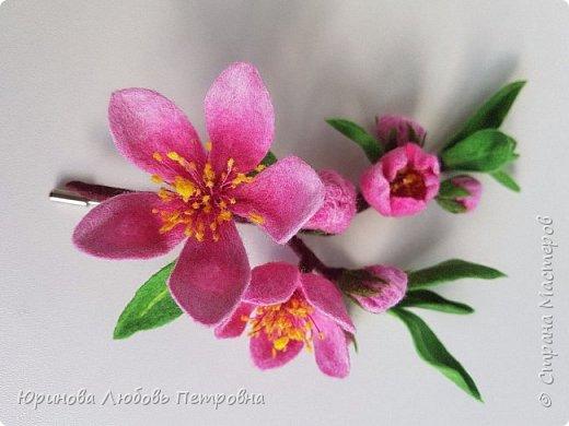 Ветка цветущего миндаля. Нежный весенний аксессуар-брошь. Шерсть. фото 1