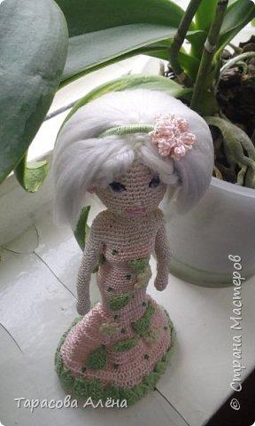 """Всем привет, снова наступила весна! Хоть пока что она не радует своей погодой, бывают тёплые и солнечные деньки. Каждый автор видит весну по-своему и мне образ этого времени года явился в этой милой кукле)Это моя первая каркасная кукла, поэтому не судите строго. Вязала я её по мк """"Handmade by Mrs. Owl""""-очень полезный YouTub канал, на нём очень много интересных мастер классов, как для новичков, так и для опытных вязальщиков. фото 3"""