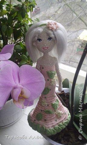 """Всем привет, снова наступила весна! Хоть пока что она не радует своей погодой, бывают тёплые и солнечные деньки. Каждый автор видит весну по-своему и мне образ этого времени года явился в этой милой кукле)Это моя первая каркасная кукла, поэтому не судите строго. Вязала я её по мк """"Handmade by Mrs. Owl""""-очень полезный YouTub канал, на нём очень много интересных мастер классов, как для новичков, так и для опытных вязальщиков. фото 9"""