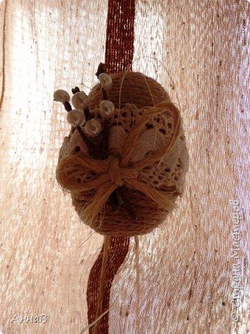 Увидела в магазине для рукоделия половинки яиц из пенопласта, возникла идея сделать пасхальный венок в эко-стиле. Яичные заготовки обмотала шпагатом разного цвета и толщины, декор - тесьма, кружево. Основа для венка - круг из плотного картона, обмотка - бумажный пакет. Веточка вербы - готовая. В качестве дополнительного декора использовала маленькие шарики из ротанага и спилы дерева - все готовое, приобрела также в магазине для рукоделия. фото 6